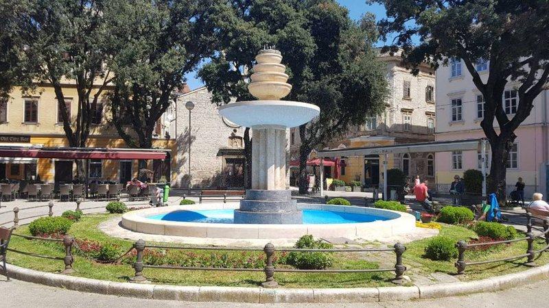 LokalnaHrvatska.hr Pula Reflektori fontane na Danteovom trgu u 6 boja